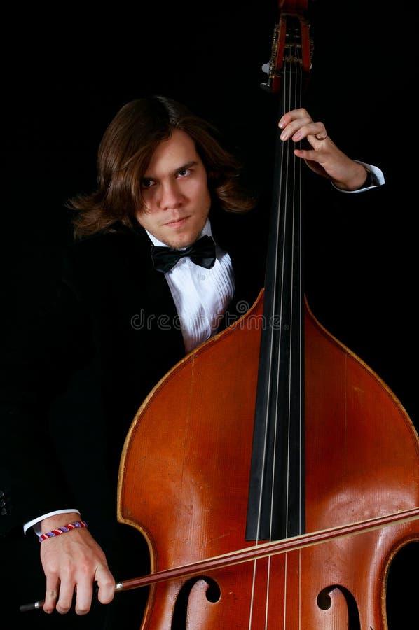 Musicista professionista che gioca su un contrabass immagine stock