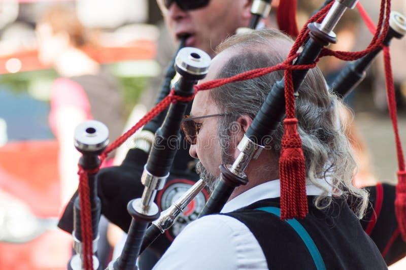 Musicista scozzese tradizionale al partito del mughetto nella via fotografia stock libera da diritti