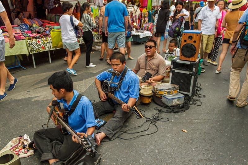 Musicisti al mercato di strada di camminata in Chiang Mai, Tailandia fotografie stock libere da diritti