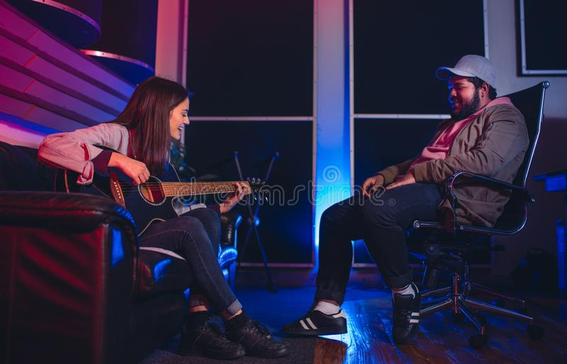 Musicisti che compongono una canzone in studio di registrazione fotografia stock