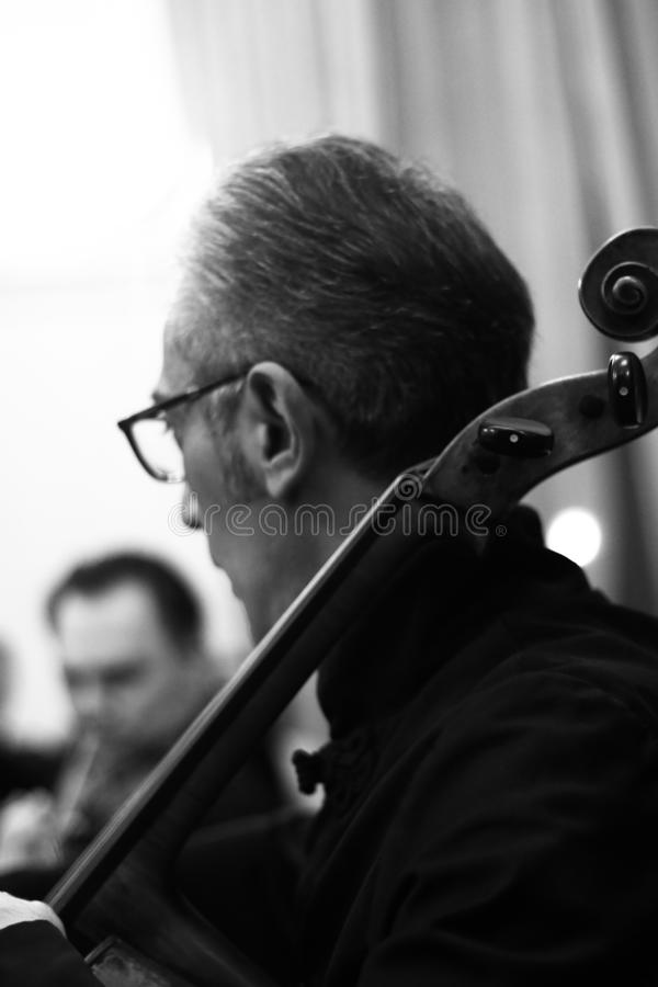 Musicisti che eseguono alla sala da concerto di Aram Khachatryan immagine stock libera da diritti