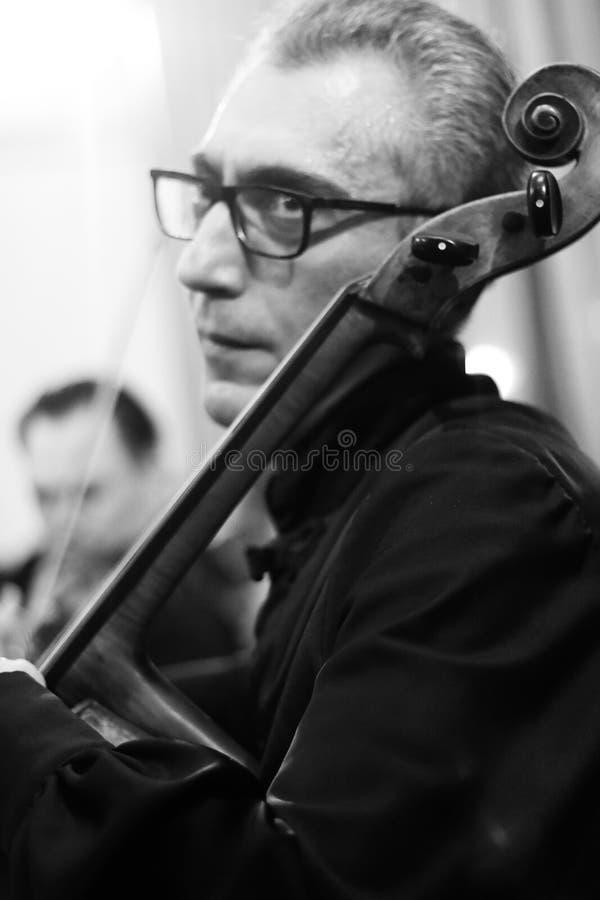 Musicisti che eseguono alla sala da concerto di Aram Khachatryan immagini stock