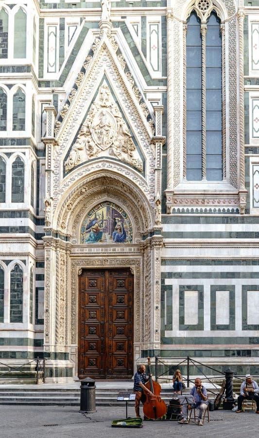 Musicisti che giocano prima che l'entrata principale della cattedrale di Firenze chiami il ` del duomo del ` nel quadrato chiamat immagini stock libere da diritti
