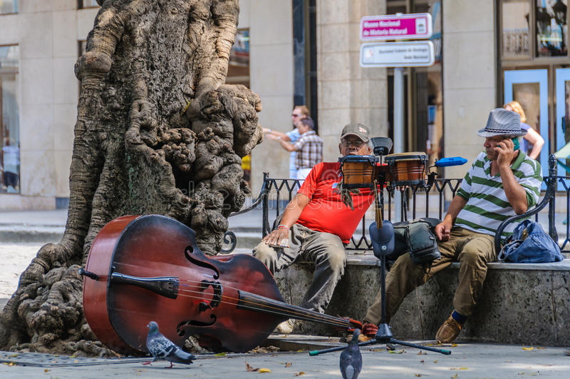 Musicisti che si rilassano in La Habana Vieja, Cuba fotografie stock libere da diritti