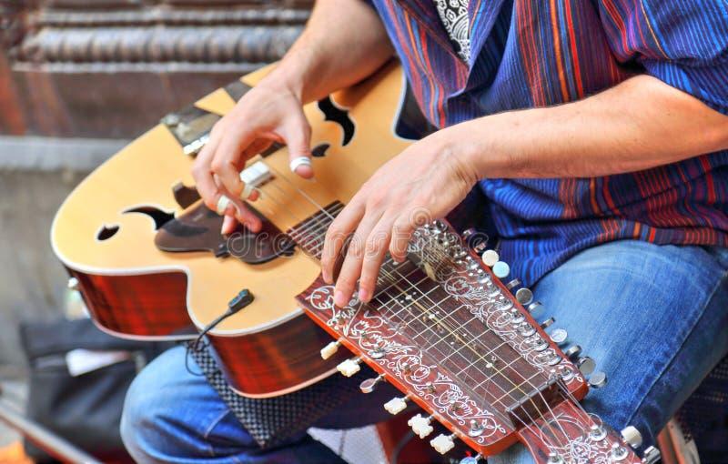 Musicisti della via che giocano davanti alla cattedrale di Barcellona fotografia stock