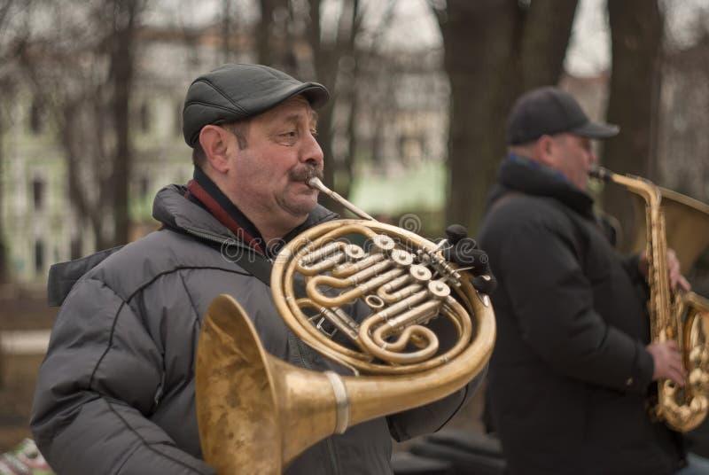 2 musicisti della via che plaing sul parco pubblico Musica di jazz nella grande città fotografia stock
