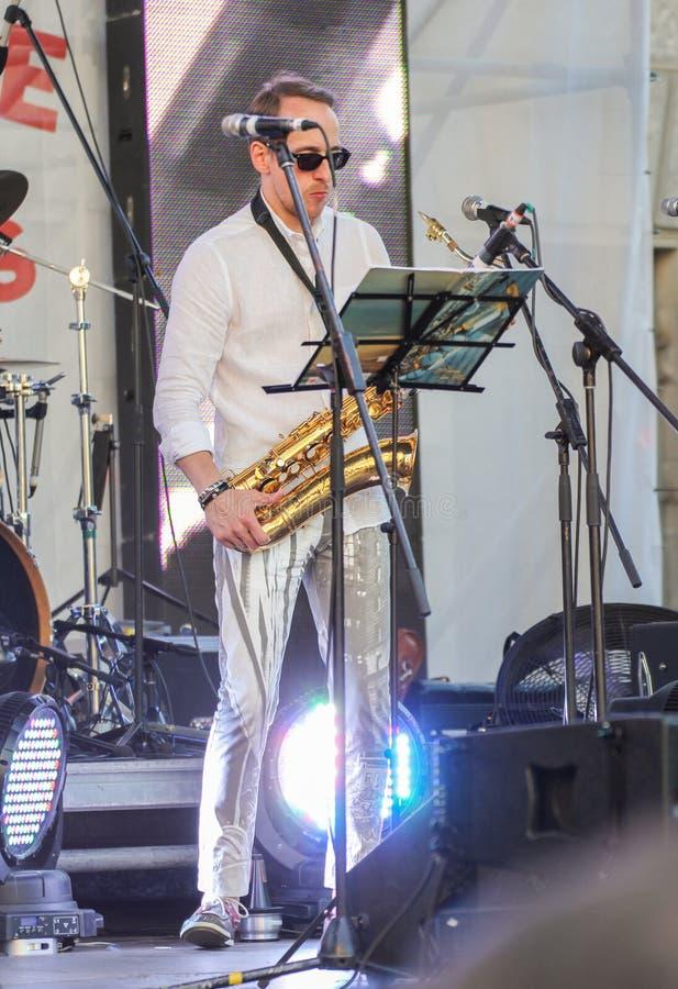 Musicus in de schijnwerper stock foto
