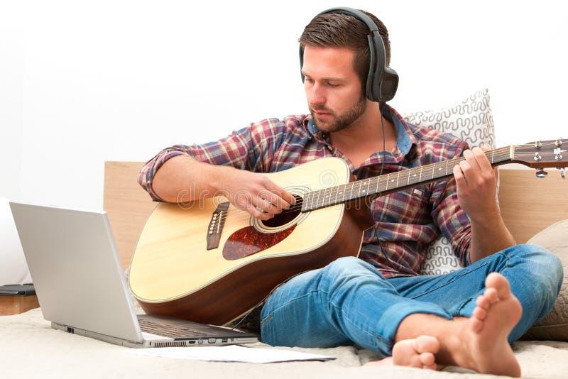 Musicus die akoestische gitaar speelt royalty-vrije stock afbeelding