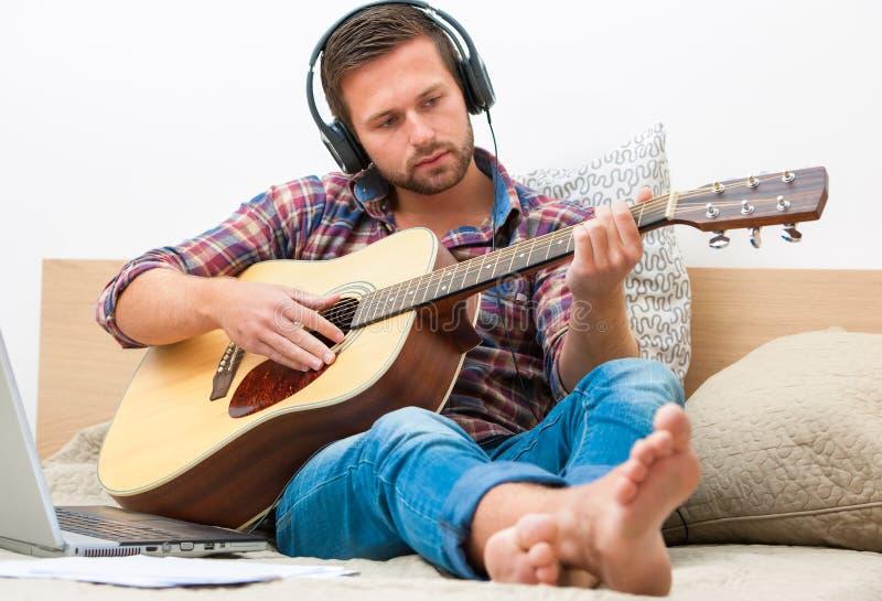 Musicus die akoestische gitaar speelt stock fotografie