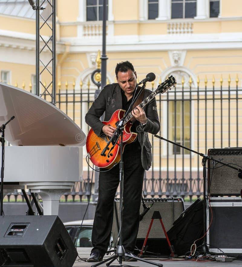 Musicus die de gitaar speelt stock foto