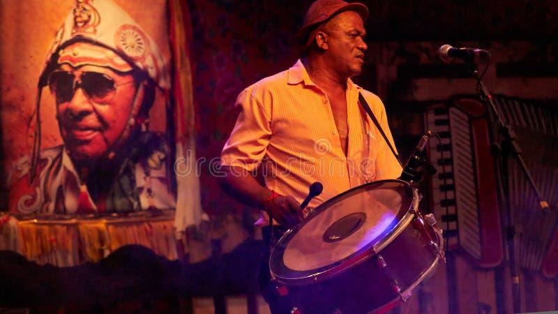 Musicus die een zabumba spelen stock foto's