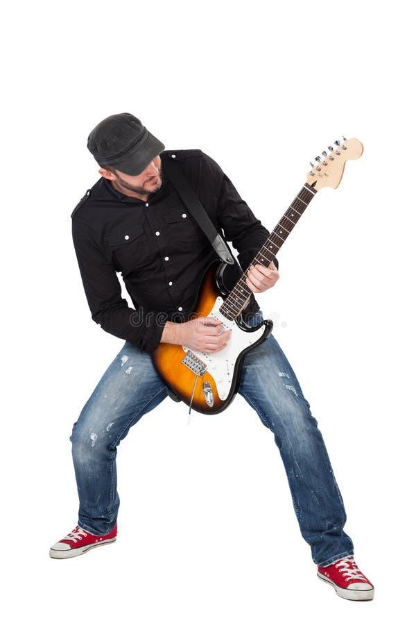 Musicus die elektrische gitaar met enthousiasme spelen Geïsoleerd op wit stock afbeelding