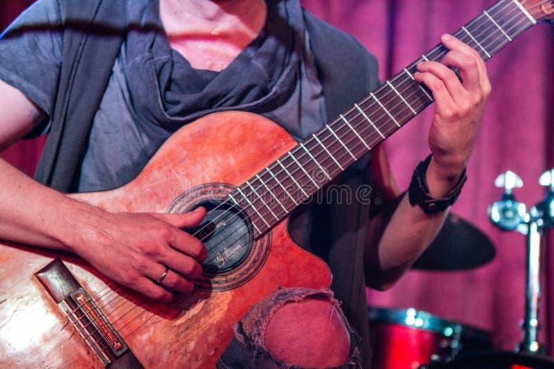 Musicus die oude gitaar spelen stock foto
