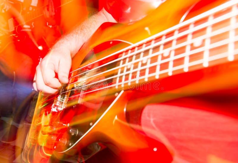 Musicus het spelen gitaar in een popgroep royalty-vrije stock foto's