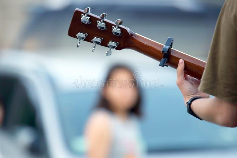 Musicus het spelen gitaar op de straat Muziek en creativiteit royalty-vrije stock afbeelding