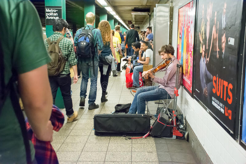 Musicus het spelen viool in een metro in de Stad van New York royalty-vrije stock foto