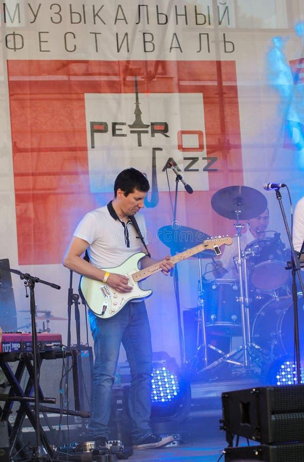 Musicus met een gitaar stock foto