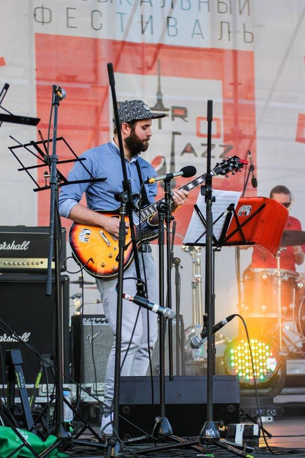Musicus met een gitaar stock afbeelding