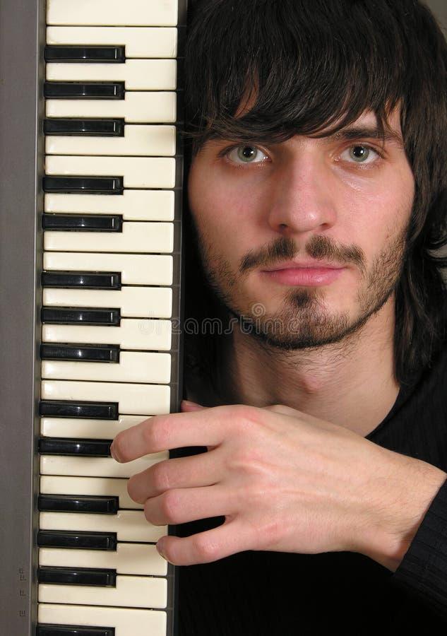 Musicus met toetsenbord stock foto