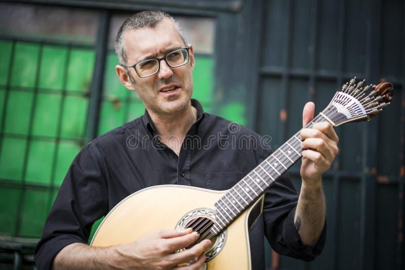 Musicus met zijn geliefde unieke Portugese gitaar, Portugal royalty-vrije stock fotografie