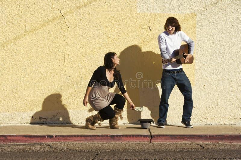 Musicus op de Voetganger van de Stoep en van de Vrouw stock fotografie