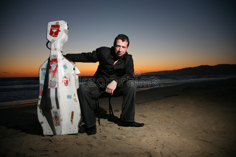 Musicus op strand royalty-vrije stock afbeeldingen