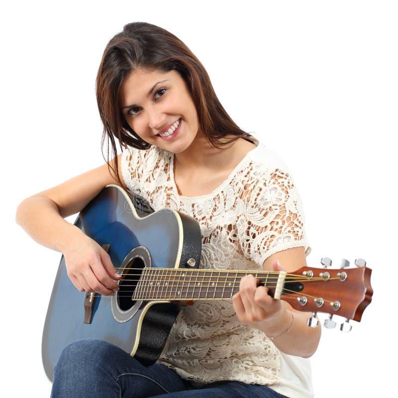 Musicusvrouw het spelen gitaar in een cursus stock afbeelding