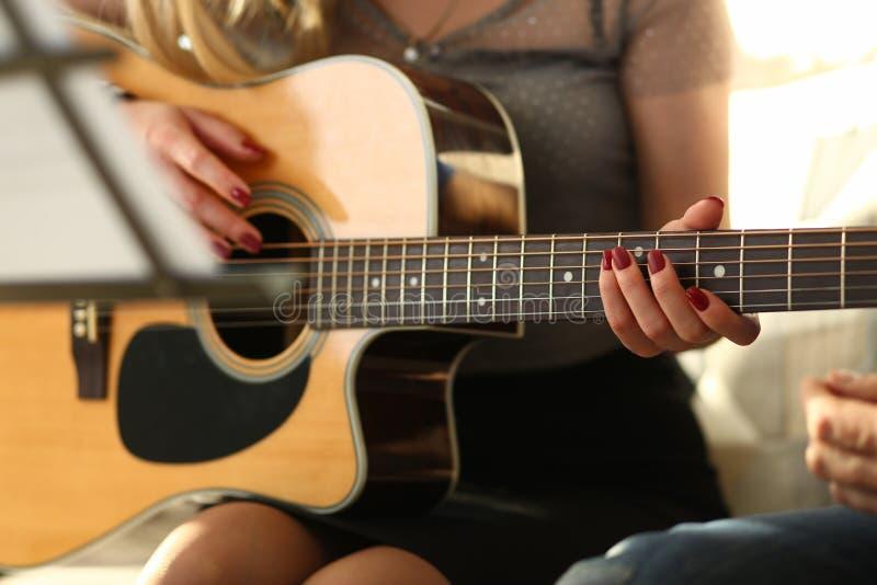 Musik, die Werkstatt für schöne junge Dame spielt lizenzfreie stockfotos