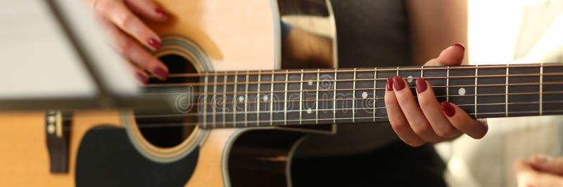 Musik, die Werkstatt f?r sch?ne junge Dame spielt lizenzfreie stockfotos