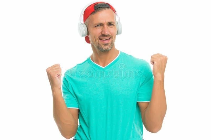 Musik gör mig glad Glad man lyssnar på musik isolerad på vitt Handsome kille gör vinnargest Glad musik Fun arkivbilder