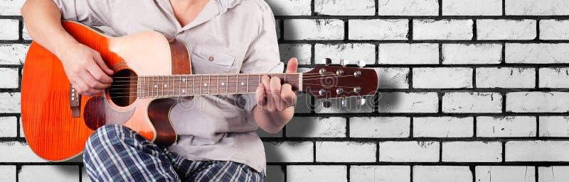Musik - orange elektrisk bri för vit för ackord C för spelare för akustisk gitarr royaltyfria foton