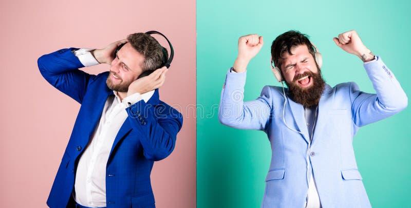 Musik und entspannt sich Genießen bärtiger Gesichtsgesellschaftsanzug der Männer Lied Titelliste für Büroarbeit Musikbruch währen lizenzfreie stockbilder