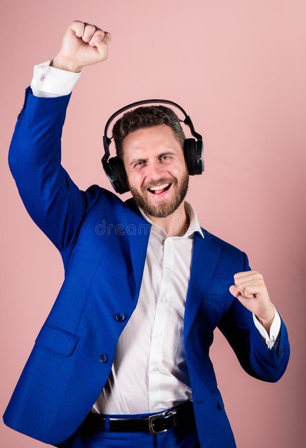 Musik und entspannt sich Genießen bärtiger Gesichtsgesellschaftsanzug des Mannes Lied Titelliste für Büroarbeit Musikbruch währen lizenzfreie stockbilder