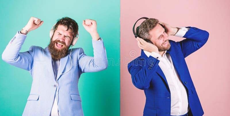 Musik und entspannt sich Genießen bärtiger Gesichtsgesellschaftsanzug der Männer Lied Titelliste für Büroarbeit Musikbruch währen stockfoto