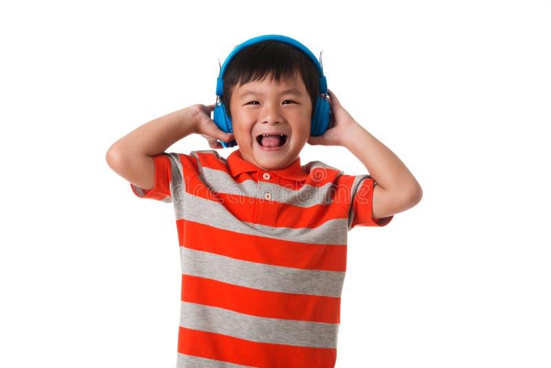 Musik und Technologiekonzept Asiatischer kleiner Junge mit Kopfhörer lizenzfreies stockfoto