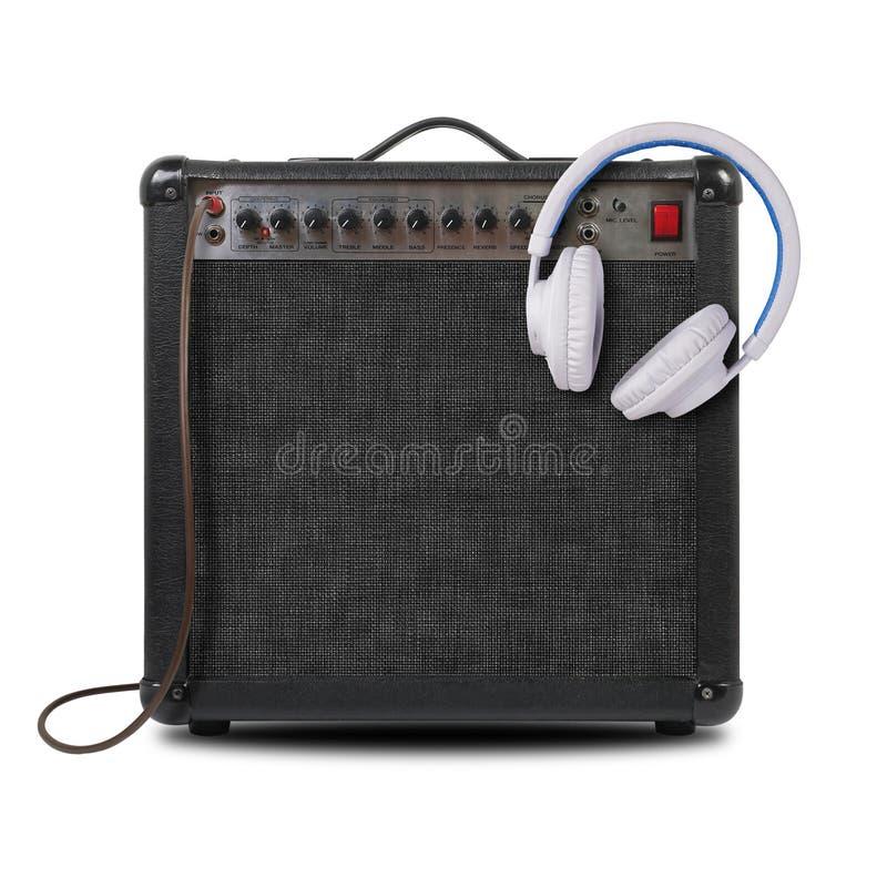 Musik und Ton - Gitarrenverstärker, weißer Kopfhörer und Kabel Franc stockfotografie