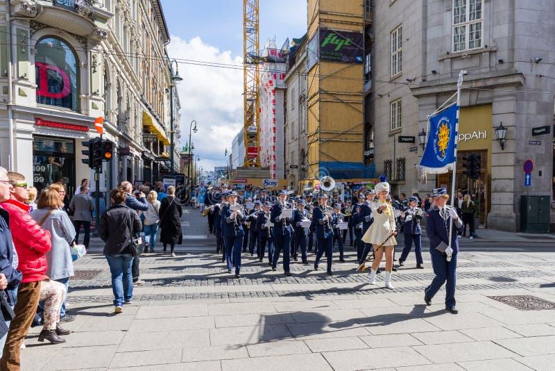 Musikalische Bänder führen durch die Straßen von Oslo, Norwegen vor lizenzfreie stockfotografie