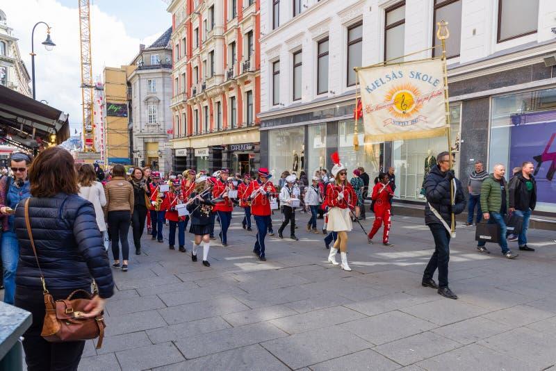 Musikalische Bänder führen durch die Straßen von Oslo, Norwegen vor lizenzfreie stockbilder