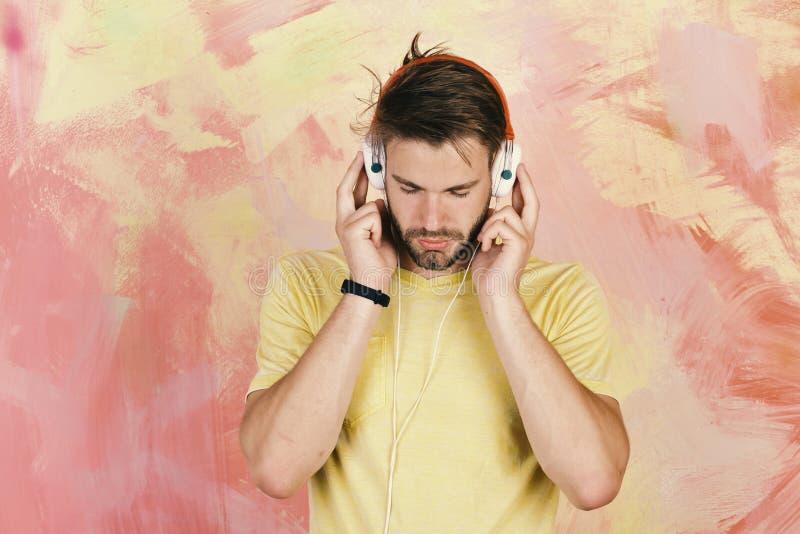 Musikalischer Lebensstil Amerikanischer hübscher bärtiger Kerl mit Kopfhörern lizenzfreie stockfotografie