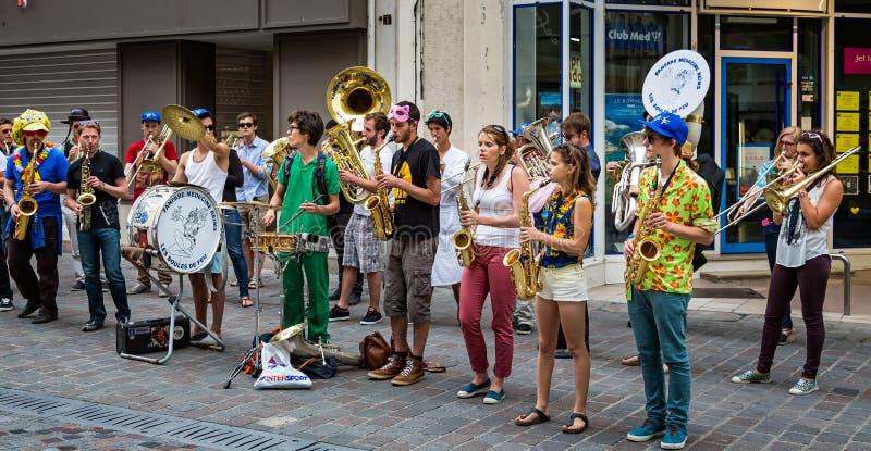 Musikalisches Band von den Medizinstudenten, die in der Straße durchführen stockbilder