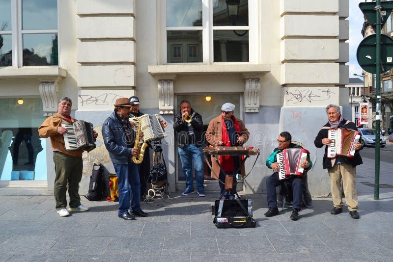 Musikalisk orkester för gata av åldriga män för mitt royaltyfria bilder
