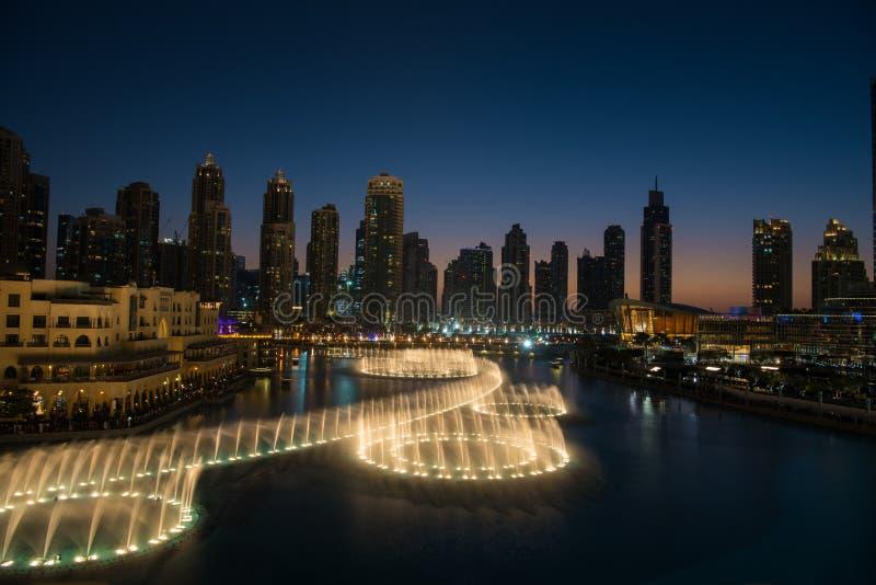 Musikalisk springbrunn i Dubai royaltyfria bilder