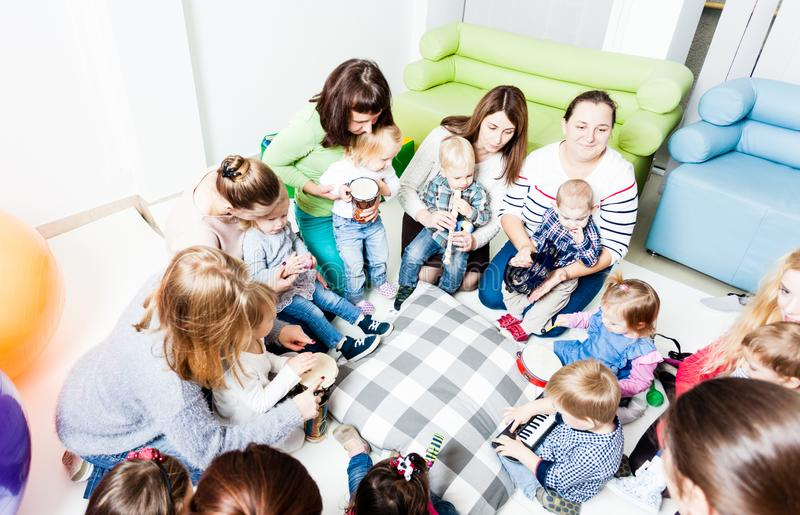 Musikalisk utbildning för förskolebarn fotografering för bildbyråer