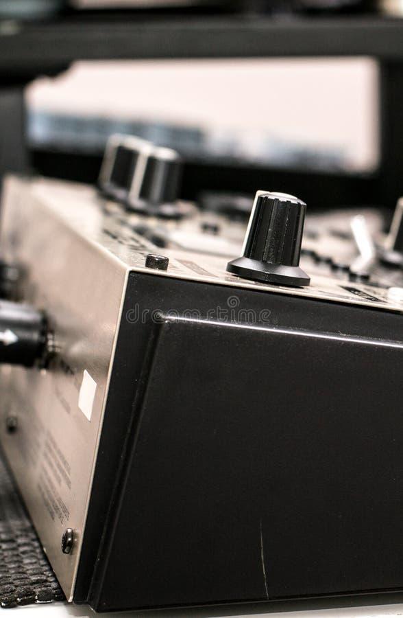 Musikalisk utrustning - som är nära upp av kanten av förstärkaren med knappar royaltyfria bilder