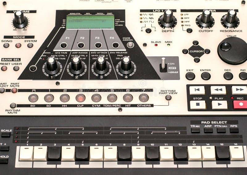Musikalisk utrustning - som är nära upp av panelbräde med knappar, musiktangenter och alternativ arkivfoton