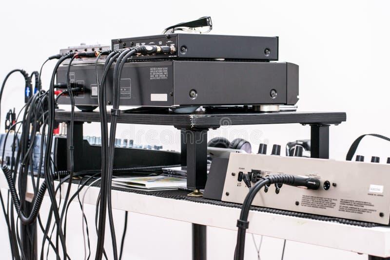Musikalisk utrustning - tillbaka sikt - kablar fotografering för bildbyråer