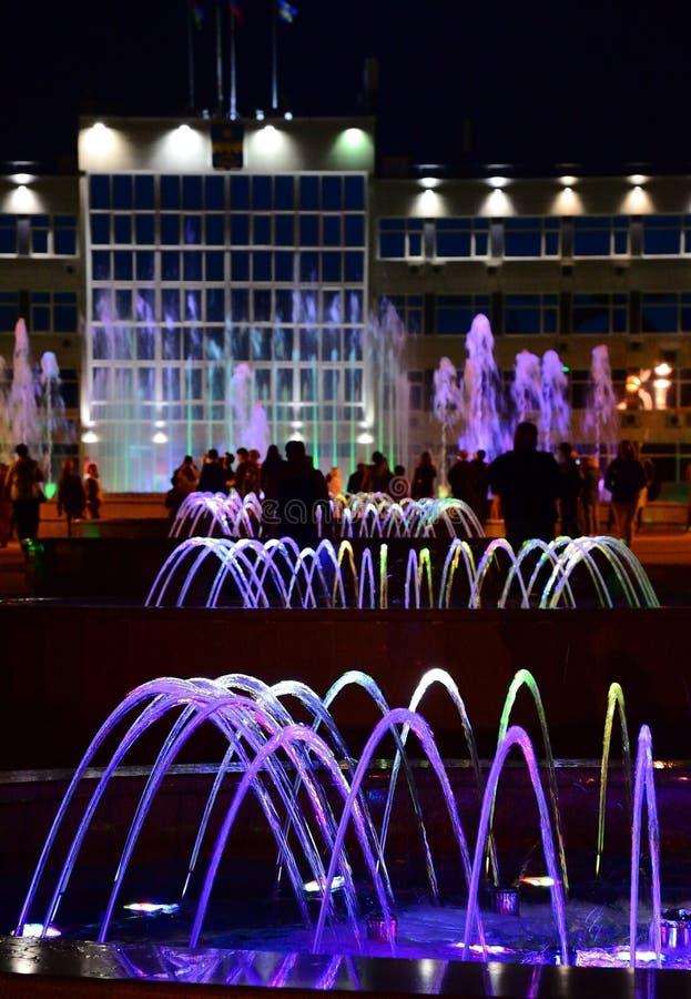 Musikaliska färgrika springbrunnar i mitt av semesterortstaden av Anapa, Krasnodar Krai, Ryssland arkivfoton