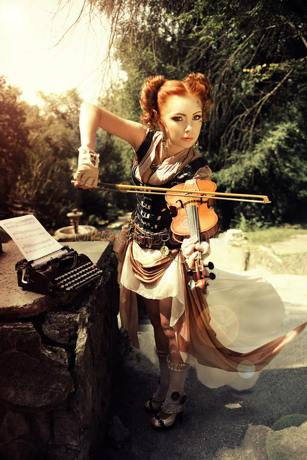 Musikaliskt begrepp Attractivel vaggar den unga kvinnan in stilkläder p royaltyfria bilder