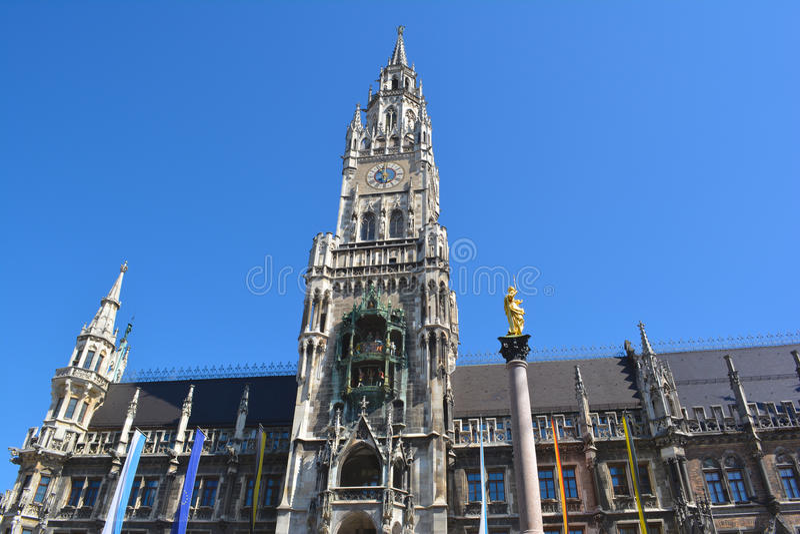 Musikaliskt torn för Glockenspiel arkivbild