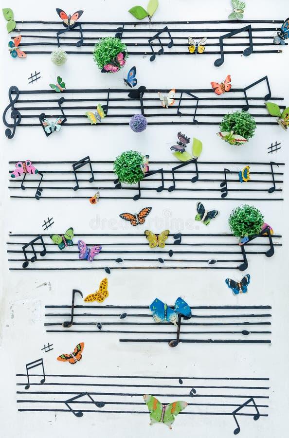 Musikanmärkning på väggen fotografering för bildbyråer